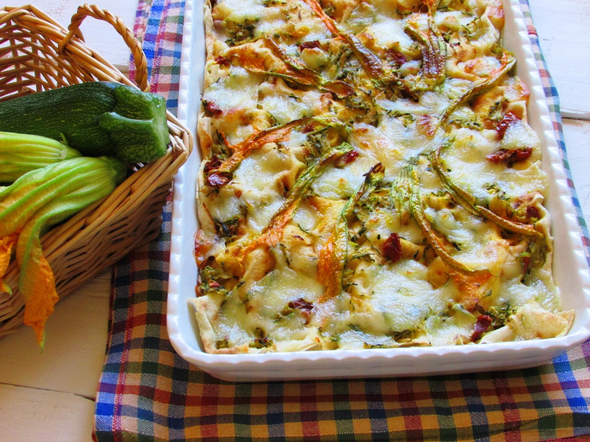 Lasagne di pane carasau con zucchine pomodori secchi e scamorza affumicata